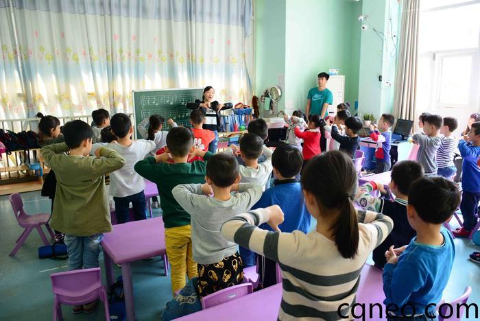 2017-4 音乐培训基地-英国牛津国际幼儿园-幼儿口风琴课程-教学观摩 <教学观摩> 教学观摩的目的是要达到相互学习交流的一种教学行为,除了理论学习、课堂实践以外,通过积极观摩、评课,向优秀的同行学习,汲取他们的宝贵经验,以一种开放的、进取的心态去学习、借鉴,并把它融合到自己的教学实践中来。 <教学思路设计> 教学思路是教师上课的脉络和主线,它反映一系列教学措施怎样编排组合,怎样衔接过渡,怎样安排详略,怎样安排讲练等。 <课堂结构安排> 课堂结构也称为教学环节或步骤。
